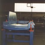 Werkstückrinne mit Siebeinsatz unter Muldenbandstrahlanlage